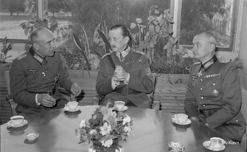 Слева: генерал Никалаус фон Фалькенхорст (покоритель Дании и Норвегии и неудавшийся завоеватель Мурманска), по центру Карл Густав Маннергейм (главком финнов), справа - генерал Вальдемар Эрфурт (немецкий представитель при финском генштабе)