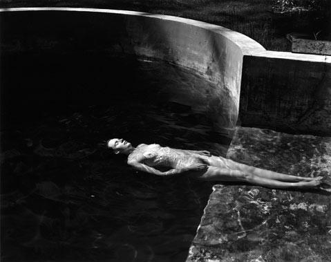 Edward Weston. Nude floating, 1939