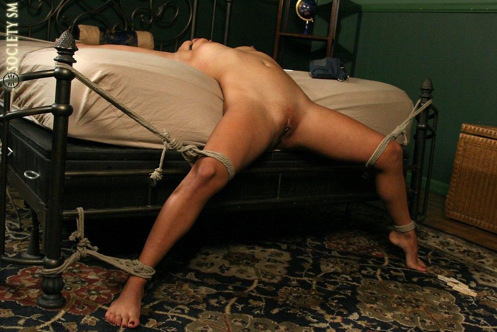 Порно мужики мучают завязанных к кровати женщина рыжая раком