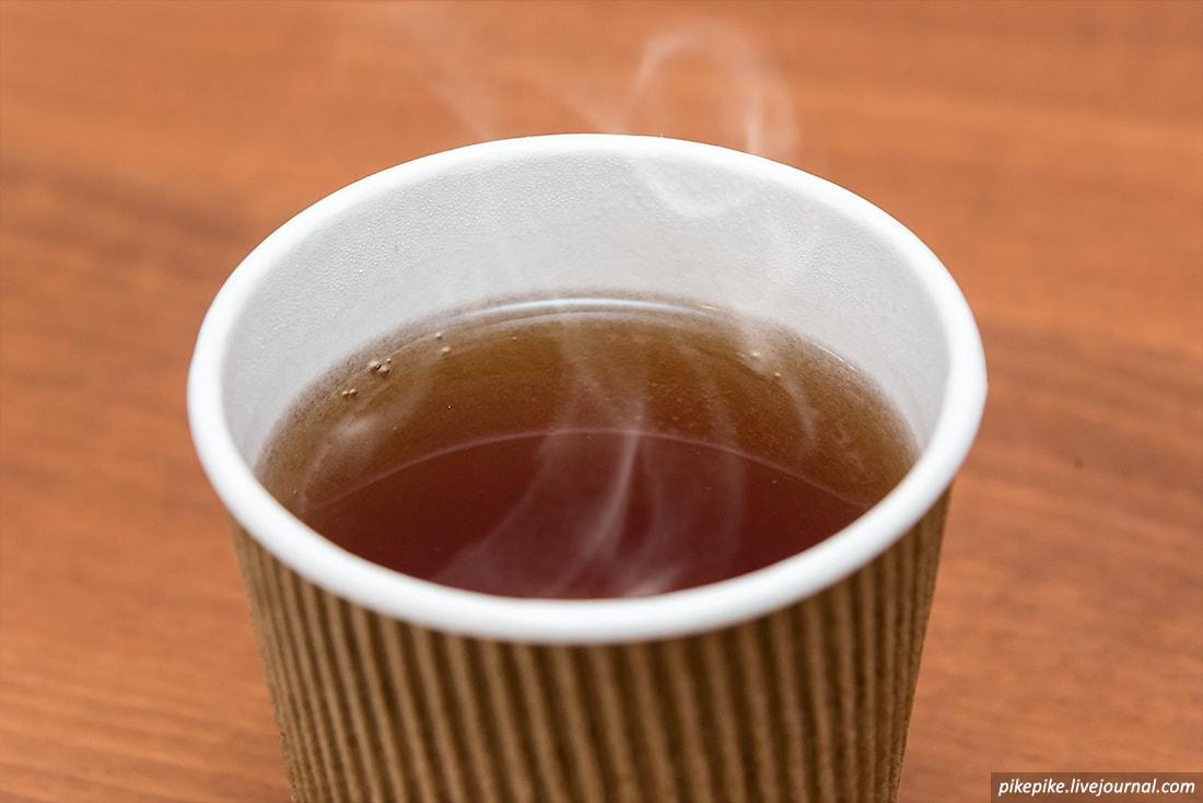 Одноразовый стаканчик с чаем