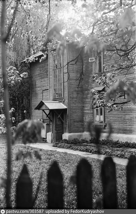 Двухэтажный деревянный дом 1929 года в усадьбе Узкое