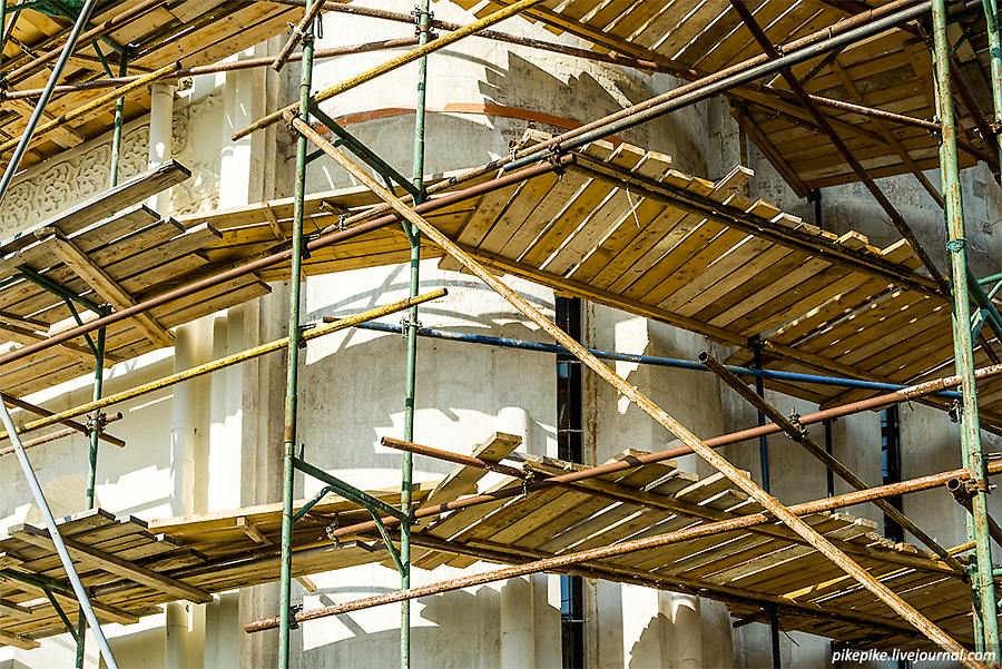 Успенский собор в строительных лесах