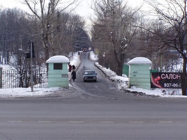 Переходим через Дмитровское шоссе. На другой стороне - вход в усадьбу. Судя по фотографиям 4-х-летней давности, здесь раньше были зелёные ворота, или что-то типа их, сейчас же остались только столбы