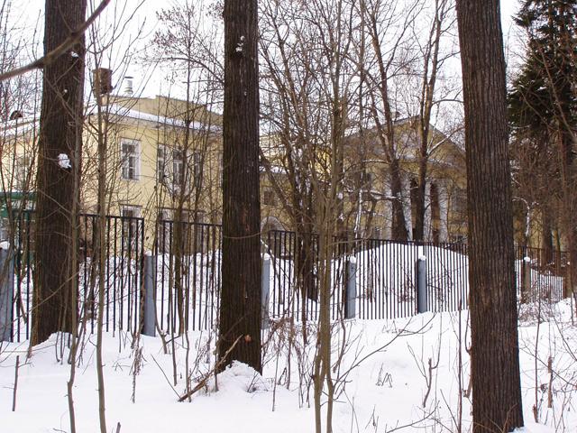 Снова дом Банзы. Ближе подобраться не удалось - дома Банзы и Германа сейчас - собственность детского санатория и, соответственно, просто так туда не проникнешь. Издали смотрится неплохо, хотя заметно, что дом давно не ремонтировался