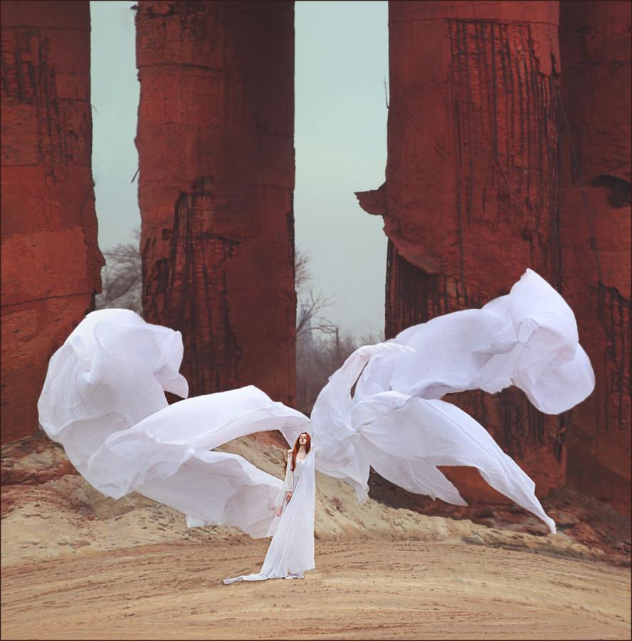 Фото девушка с белой тканью