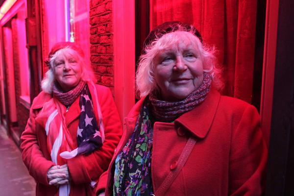 Видела двух близняшек - самых пожилых проституток Амстердама.