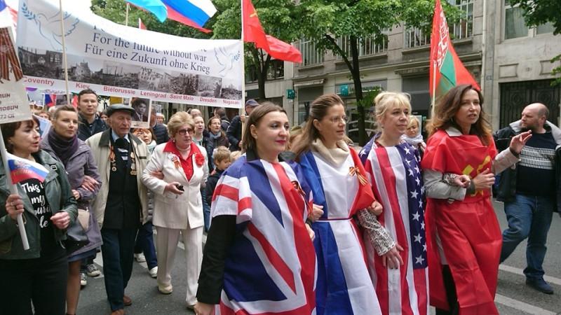Я на фото во французском флаге...как в 1945