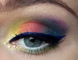 Это годный цветной макияж. Хотя глаз тут полуприкрыт, геометрия вполне читается. Картинка макияж тоже вполне читается.