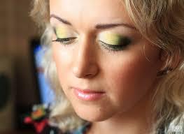 Это старомодный цветной макияж. Не из-за цвета, а из-за области растяжки оттенков.
