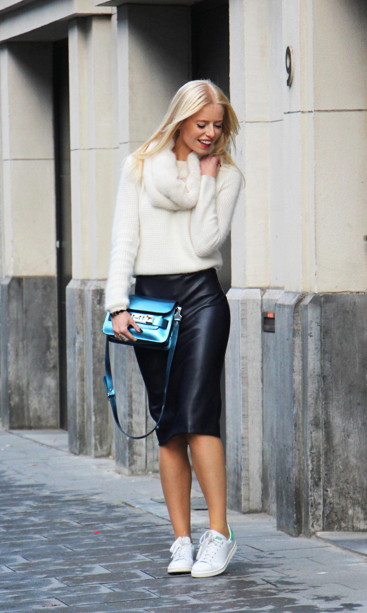Вот наденьте на нее обтягивающую кохточку и каблуки, она будет очень сексапильной. И да, я отдаю себе отчет, что юбки я показываю не полностью одинаковые.