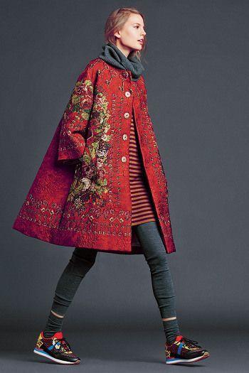 У пальто прикручены все четыре элемента - яркий цвет, сложный декор, нетипичный пальтовый фасон, декор создает фактуру.