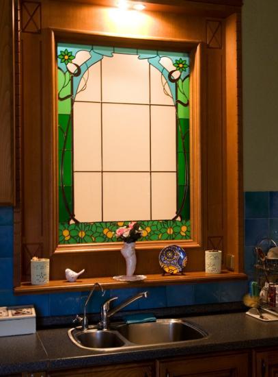 Фальш-окно с витражом в кухне.