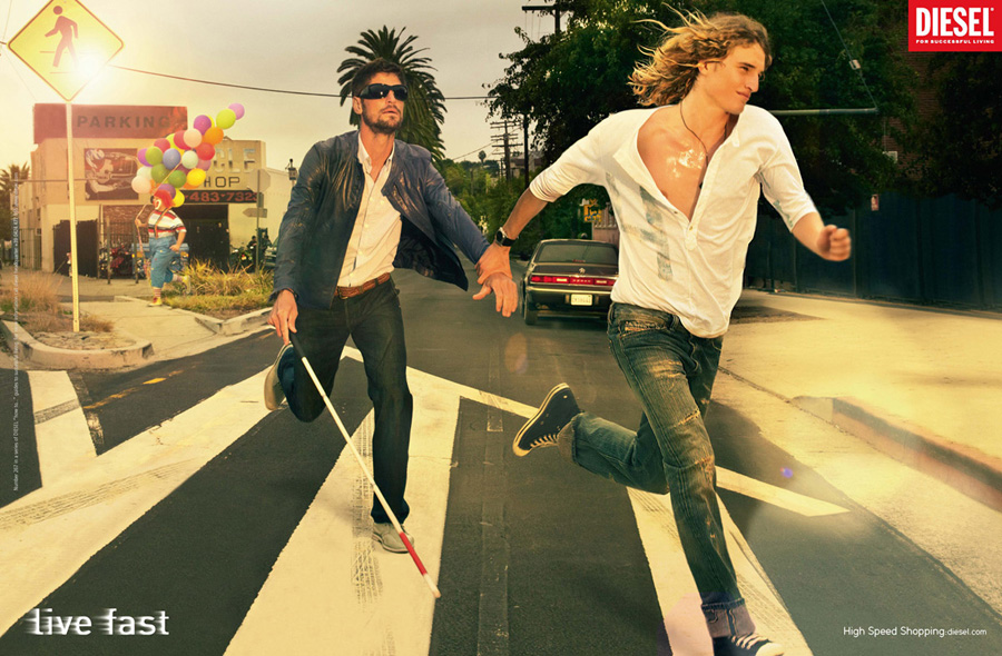 Реклама Disel: Live Fast. На пешеходном переходе слепой с другом перебегают дорогу.