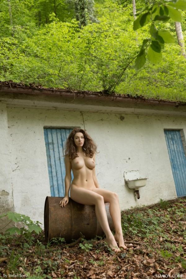Голая Виктория Яровая светит сиськи на природе