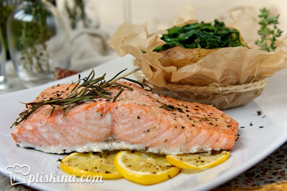 Филе лосося с картофелем, фаршированным шпинатом