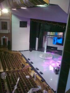 Сцена, снятая мной с балкона. Колонки вдалеке кажутся маленькими, на деле это несколько увесистых
