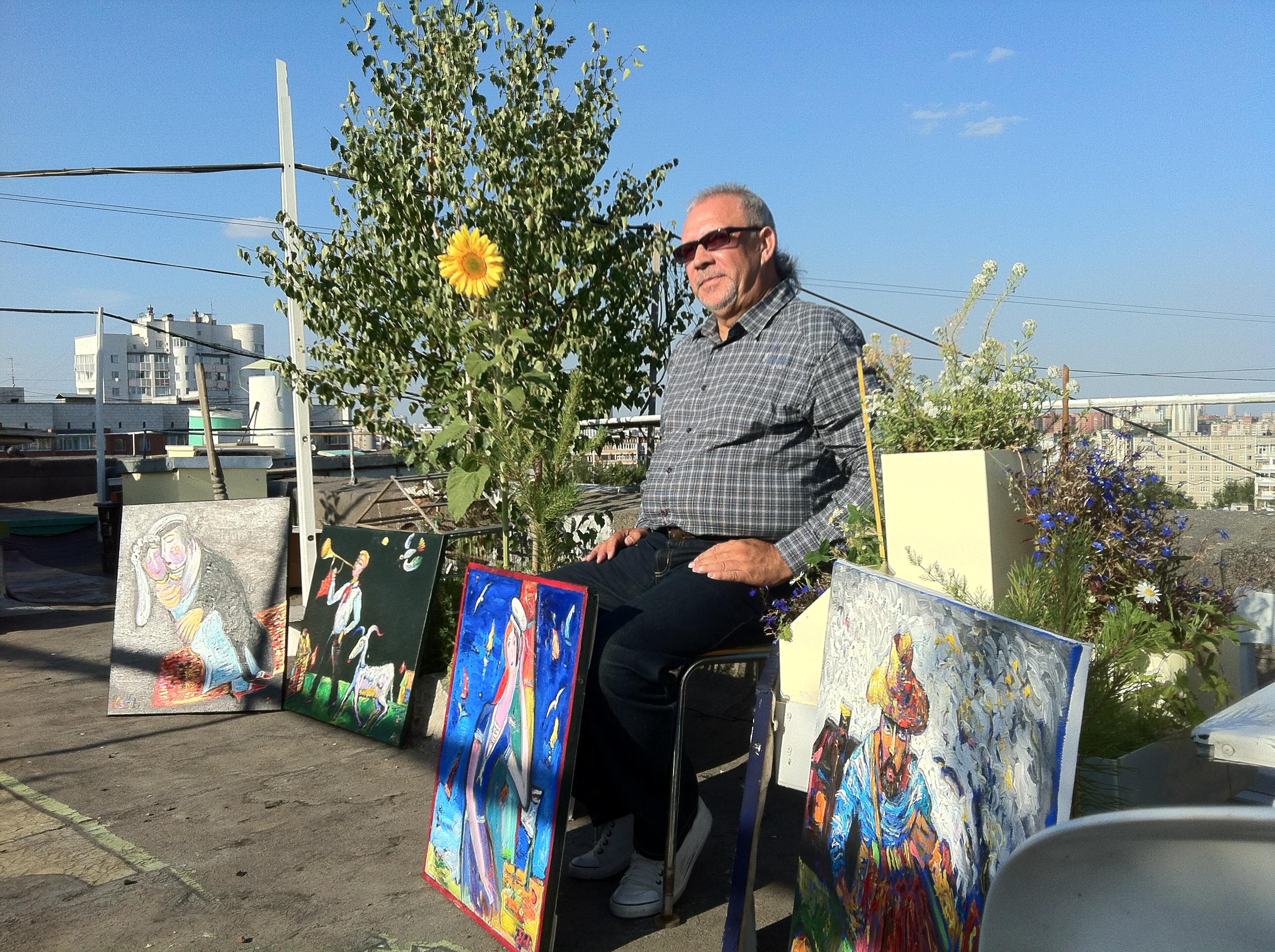 Андрей Елецкий на фоне имровизированной галереи на крыше