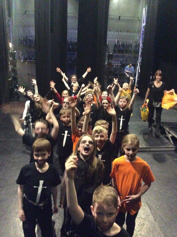 Первоклашки из Католической начальной школы Св.Петра в Великобритании играют своего первого Макбета.
