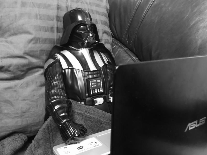 Дарт Вейдер смотрит мастер-класс по уютному засыпанию.