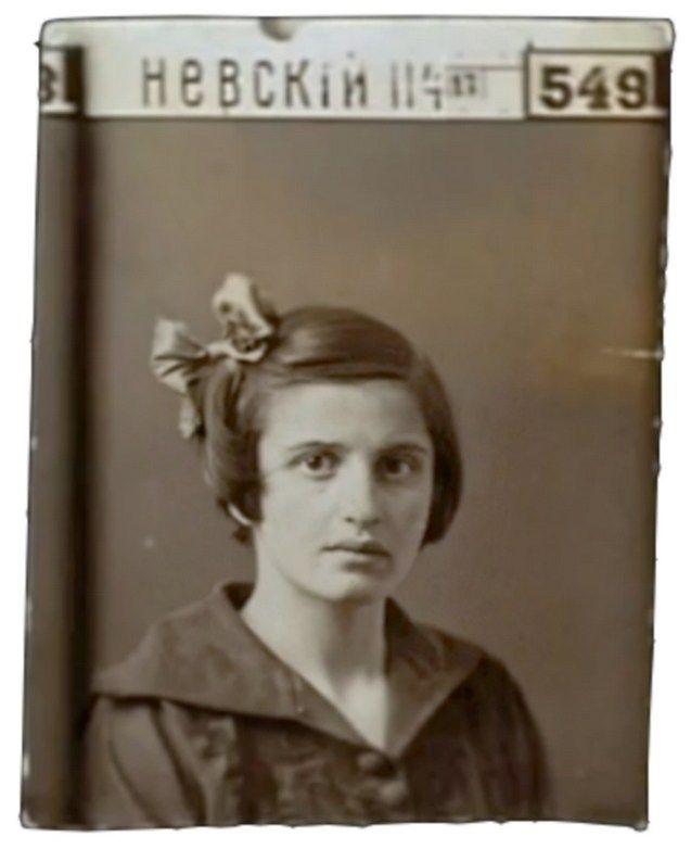 Айн Рэнд родилась и выросла в Санкт-Петербурге. После революции 1917 года с семьей переехала в Крым в Евпаторию, где прожила 3 года.