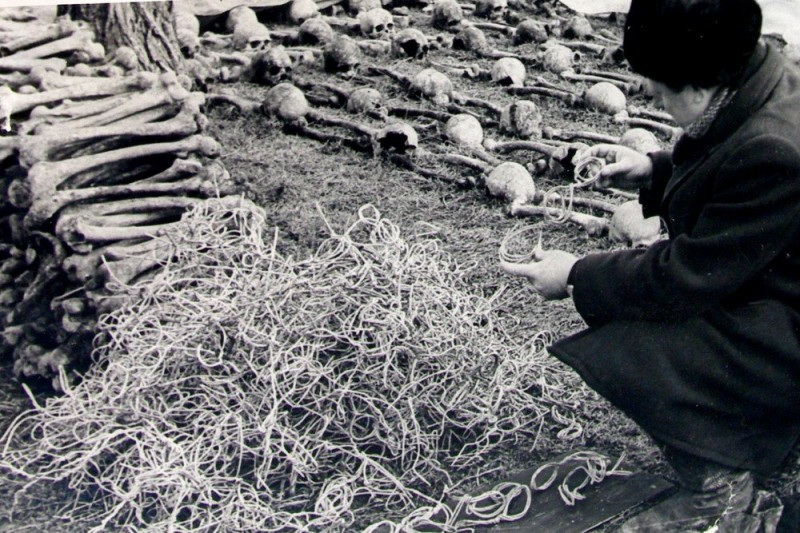 """Концлагерь """"Красный"""" - самое печальное место Симферополя. На переднем плане - проволока-наручники, которые сняли с рук убитых немцами жертв."""
