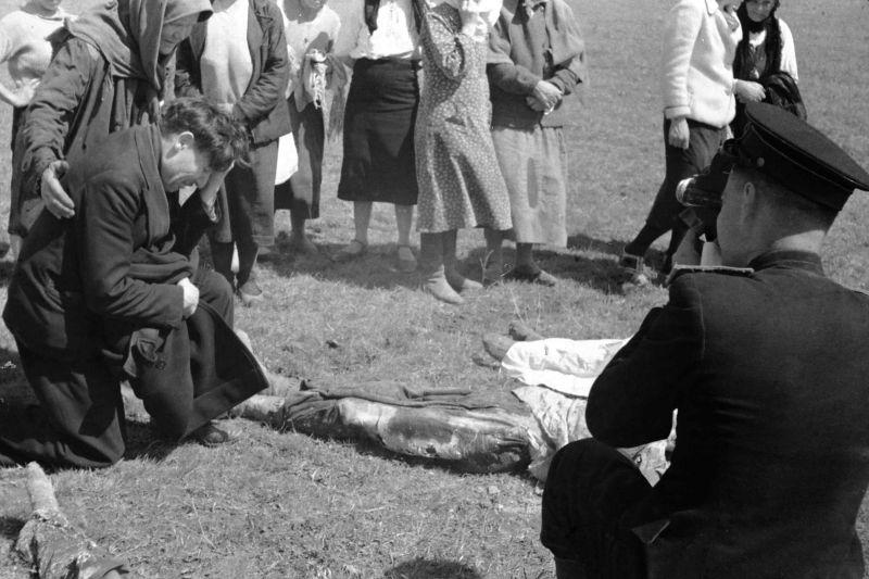 Эксгумация тел группы Сокол. Мать Олег Савватеева плачет над телом сына. Рядом тело Николая Барышева. Фото Ивана Запорожского.