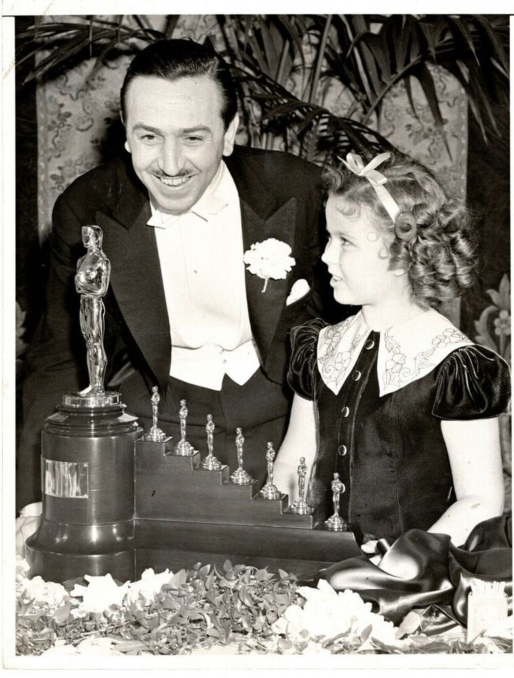 Ширли Темпл вручает Уолту Диснею Оскары за Белоснежку и семь гномов.