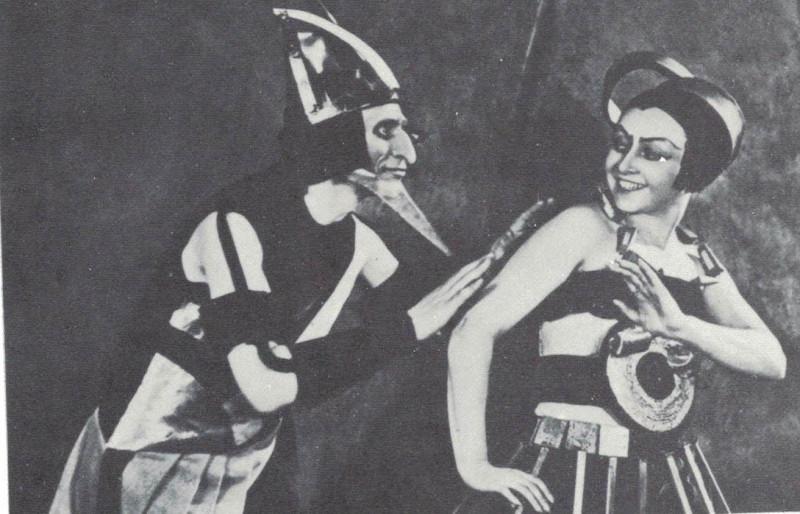 """Кадр из фильма Якова Протазанова """"Аэлита"""" 1924 с персонажем Александры Перегонец - Ихошкой, марсианской девушкой и служанкой марсианской королевы."""