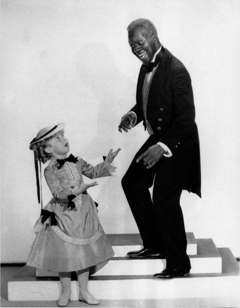 В фильмах с Ширли Темпл много танцев и песен.