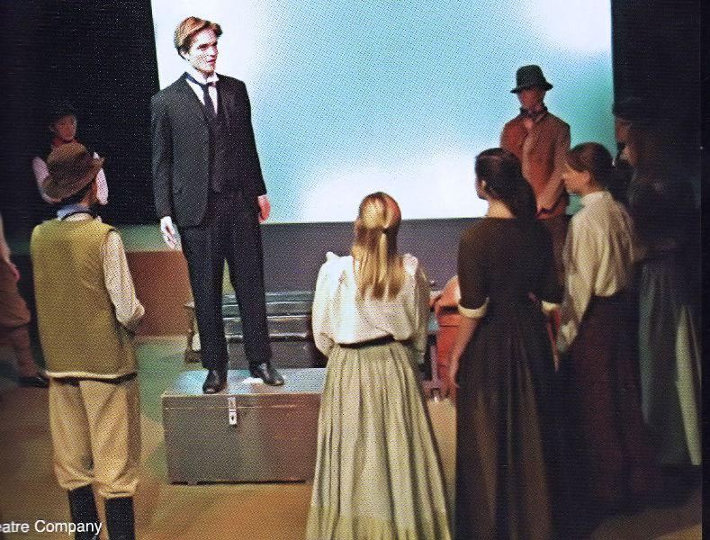 Роберт Паттинсон в театральной студии.