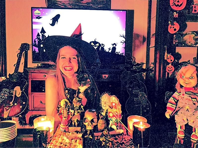 Мария Подковырова - режиссер, преподаватель актерского мастерства для детей и подростков и детский психолог, отмечает Хэллоуин.