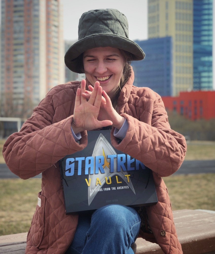 Мария Подковырова — режиссер и преподаватель актерского мастерства для детей и подростков. Пытаюсь сделать вулканское приветствие.