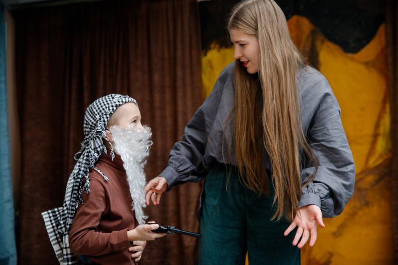 """Мария Подковырова — режиссер и преподаватель актерского мастерства для детей и подростков. Репетиция спектакля """"Кровь богов"""" по одноименному произведению Роберта Говарда."""