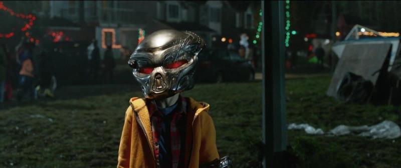 Джейкоб в маске Хищника.