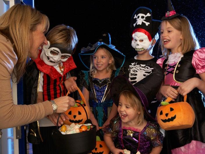 Пусть дети не забудут поблагодарить посещаемого и пожелать счастливого Хэллоуина!