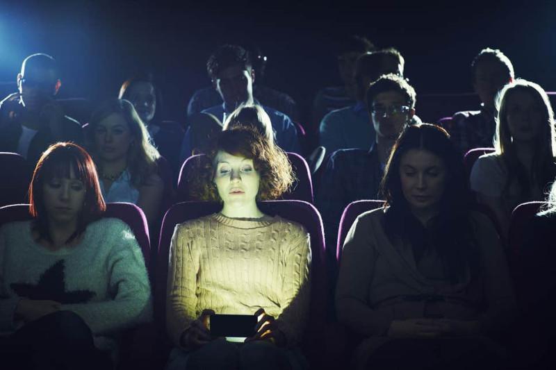 Сидящего в телефоне очень хорошо видно со сцены. Не отвлекайте актеров.