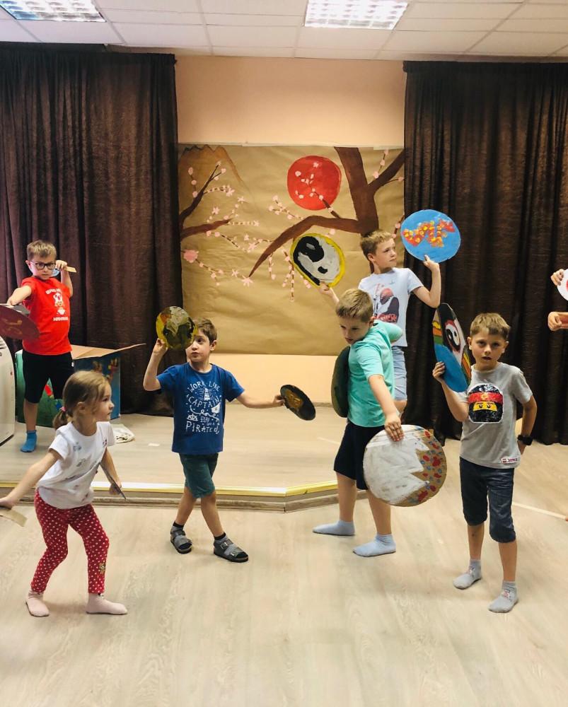 """У ребенка могут возникнуть сложности с адаптацией в коллективе. Репетиция спектакля-кабуки """"Золотые воробушки"""". Театральная студия Джем."""