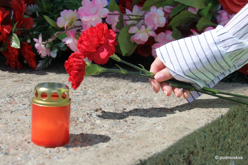 Мы возлагали цветы к памятникам и ставили лампады