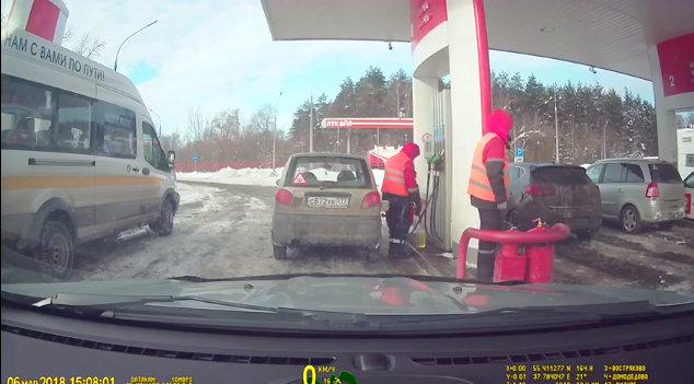 Cотрудники АЗС «Лукойл» сливают себе бензин прямо во время заправки машины