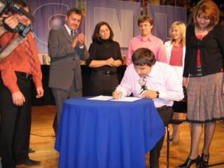 Подписание М.Максимовым договора о запуске CNL-Украина