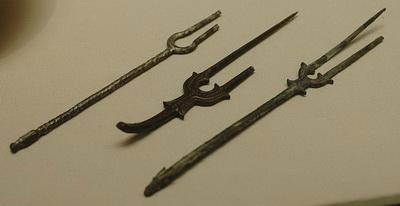 800px-Forks_Susa_Louvre_MAO421-422-431