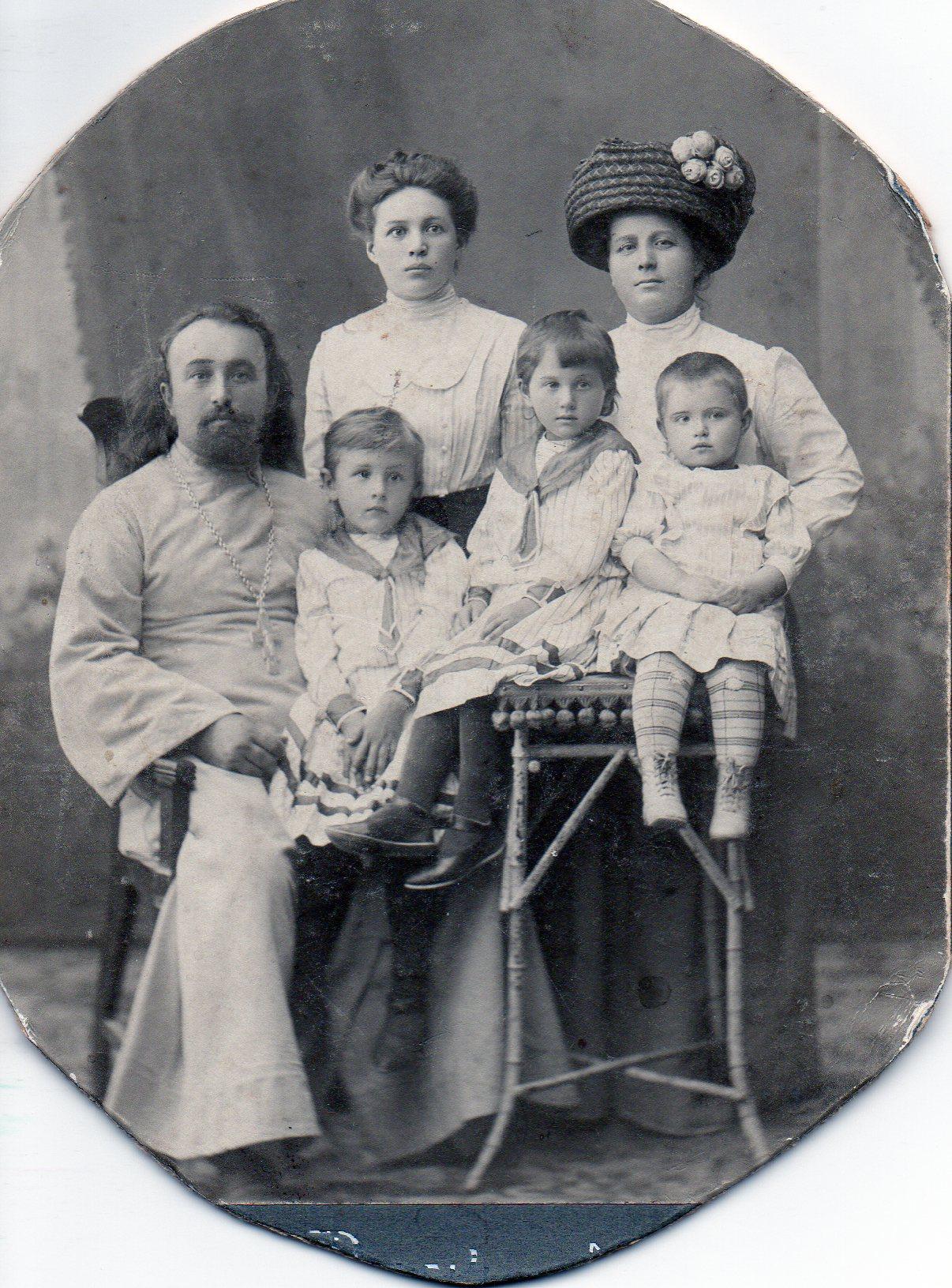 Иерей Федоров Федор,на руках дочь Нина,рядом дочь Зоя,рядом стоит Жена Федорова(Путилина) Екатерина, с ней рядом сестра ФедороваФ. и ее дочь
