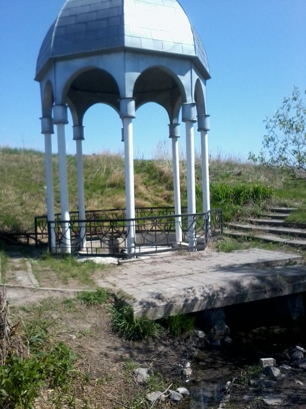 Раньше здесь было хорошее, благоустроенное место для отдыха с чистой водой в родике