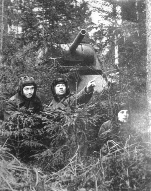 Экипаж уральских добровольцев на опушке леса