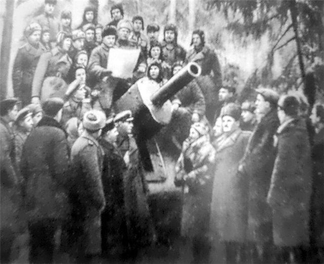 Делегация трудящихся Урала в гостях у танкистов 10-го гв. УДТК