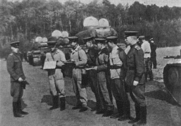 Офицеры 10 гв. УДТК получают боевые задания перед броском на Прагу