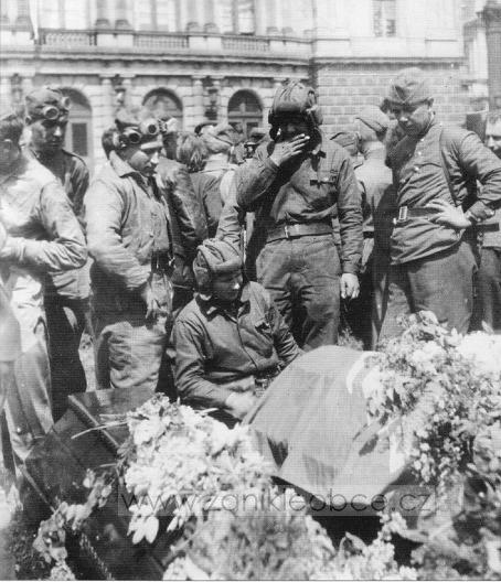 Похороны Ивана Гончаренко танк, которого № 1-24 первым ворвался в Прагу