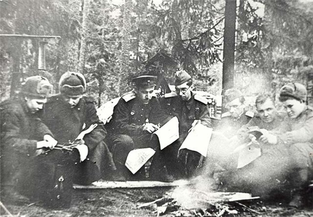 Решетников Е.И. (2-й справа) среди сотрудников редакции газеты