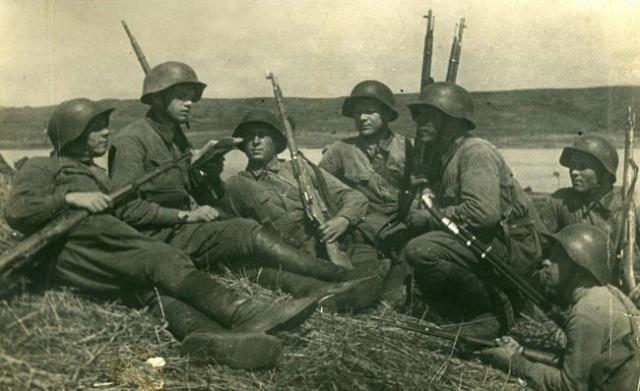Зам. политрука Д.В. Другов проводит беседу с молодыми комсомольцами, участниками боёв у озера Хасан. 1938 год
