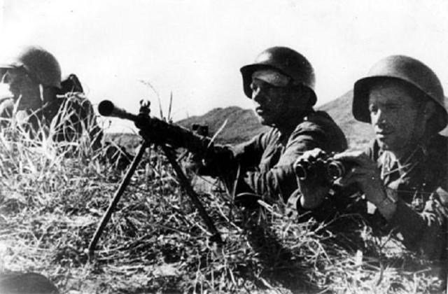 Лейтенант Левченко и пулемётчик Гальянов